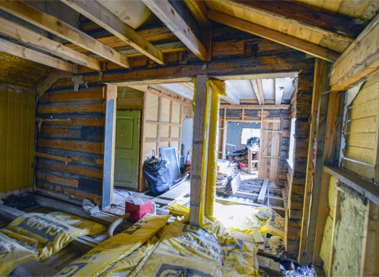 Innvendig er det meste av interiøret tatt ned, men mye av materialene er tatt var på. Den grønne døren fører opp til «Himmelrik», der forfatter Ingeborg Møller holdt til.