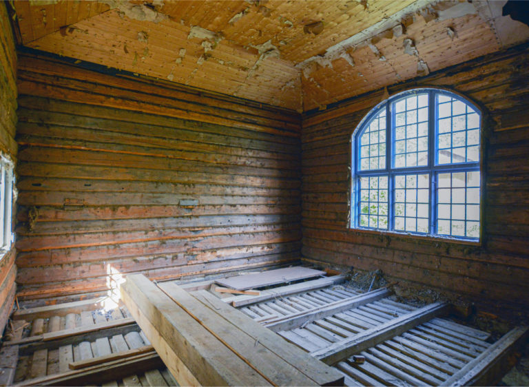 I dag er atelieret tomt, men fortsatt dominert av arkitekt Arnstein Arnebergs vakre vindu.