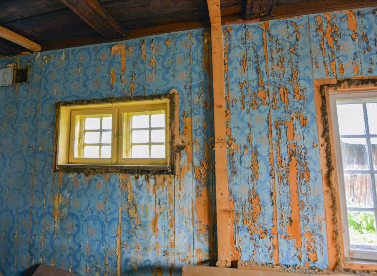 Stuevegger hånddekorerte av kunstneren selv. Det er usikkert i hvilken grad dette kan restaureres.