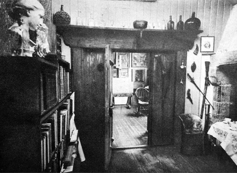 Innsyn til atelieret fra stuen med den store peisen som skimtes til høyre.